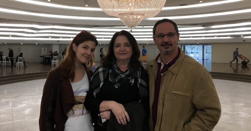 30.out.2016 - Janderson Rampinelli, Luciana e sua filha Fernanda se impressionaram com o lustre do clube