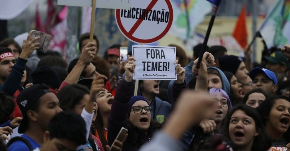 28.abr.2017 - Manifestantes se concentram no Largo da Batata, na zona oeste de São Paulo, em protesto contra as reformas do governo na tarde desta sexta-feira