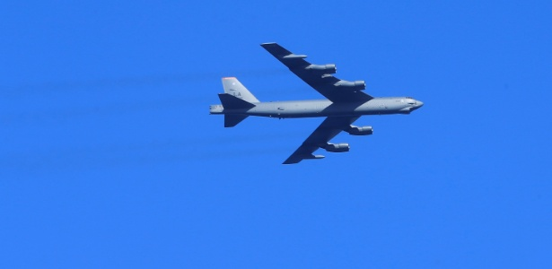 6.jun.2017 - Bombardeiro americano B-52 durante exercício anual da Otan próximo a Ventspils (Letônia)