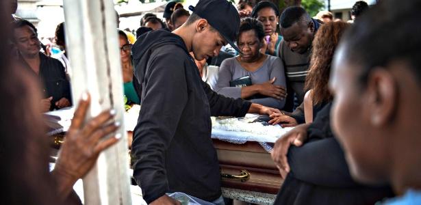 3.jun.2017 - Família e amigos dão o último adeus às mulheres baleadas na Mangueira