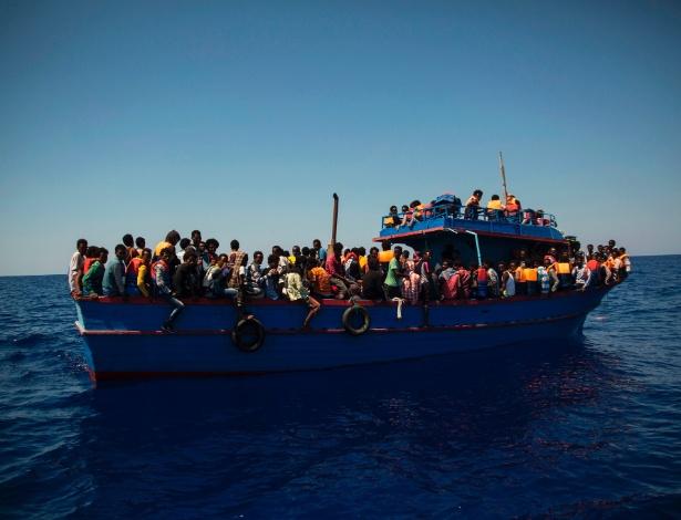 2.ago.2017 - Refugiados esperam ser resgatados no Mediterrâneo