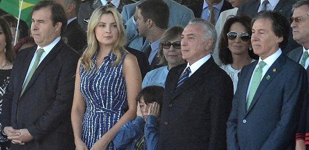 Ao lado dos pais, Michelzinho participa de primeiro evento público