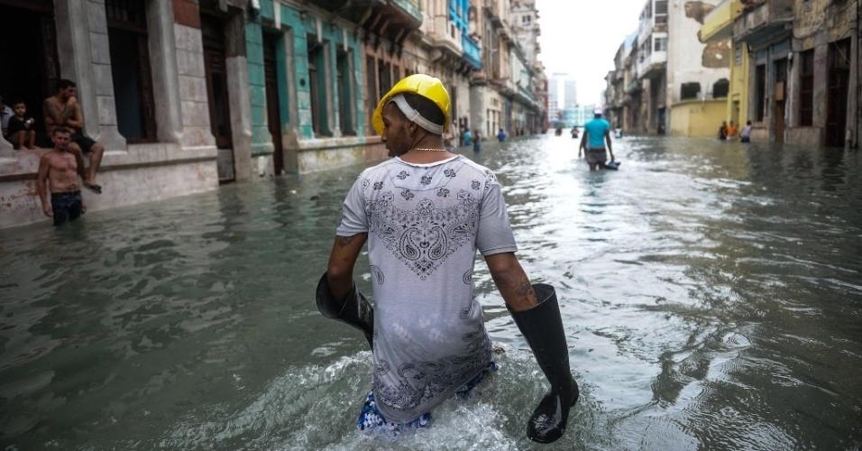 11.set.2017 - Cubanos andam por rua inundada em Havana, Cuba, após a passagem do furacão Irma