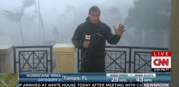 Repórter da CNN Chris Cuomo grava em meio ao furacão Irma em Tampa, na Flórida