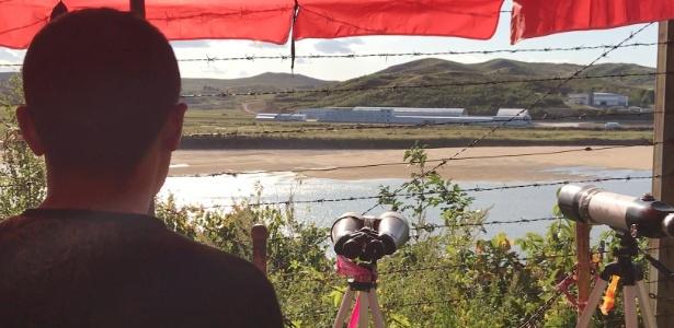 Homem observa o rio Yalu, que marca a fronteira de China e Coreia do Norte
