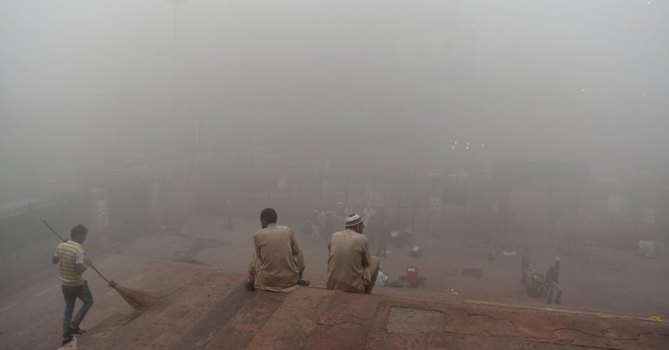 8.nov.2017 - Mesquita de Jama Masjid, em Nova Déli, fica envolta por grossa camada de ar poluído. O governo da capital indiana determinou que todas as escolas de Nova Déli permaneçam fechadas até domingo para proteger as crianças do forte aumento da poluição do ar