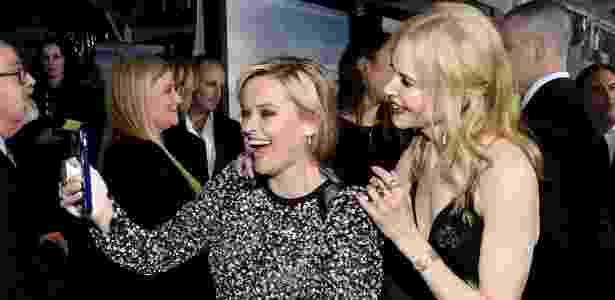Atrizes Reese Whiterspoon e Nicole Kidman tiram uma selfie com ajuda do PopSocket - Kevork Djansezian/Getty Images