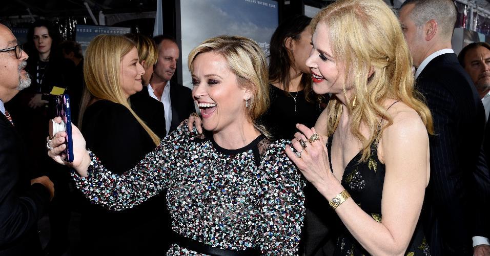 Atrizes Reese Whiterspoon e Nicole Kidman tiram uma selfie com ajuda do PopSocket