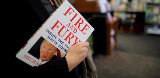 """Mulher leva um exemplar do livro """"Fire and Fury: Inside the Trump White House"""", de Michael Wolff, em uma loja em Washington DC"""