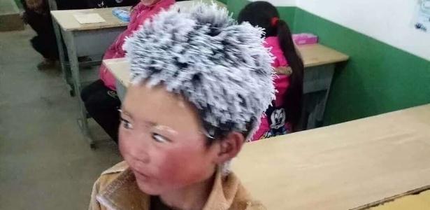 Wang Fuman chega à escola com os cabelos congelados após caminhar no frio
