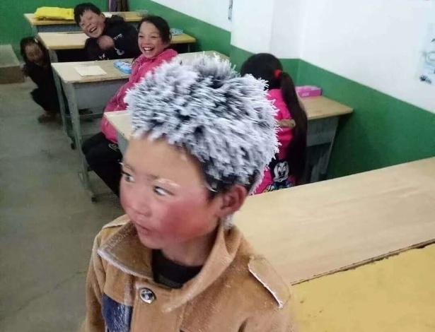 Este menino chinês chegou na escola com cabelo, roupas e mãos congeladas