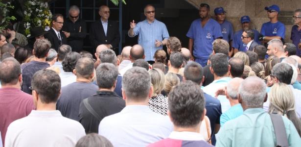 13.jan.2018 - Secretário Roberto Sá compareceu ao enterro do delegado Fábio Monteiro no Caju