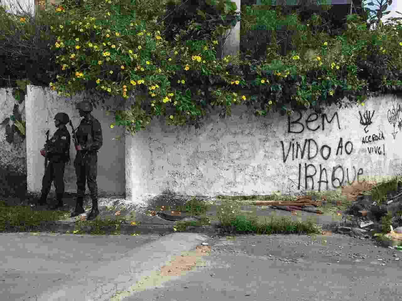 02.mar.2018 - Forças Armadas fazem operação no Jardim Catarina, em São Gonçalo (RJ). É a primeira operação sob comando do novo secretário de Segurança, general Richard Fernandez Nunes - Luis Kawaguti/UOL