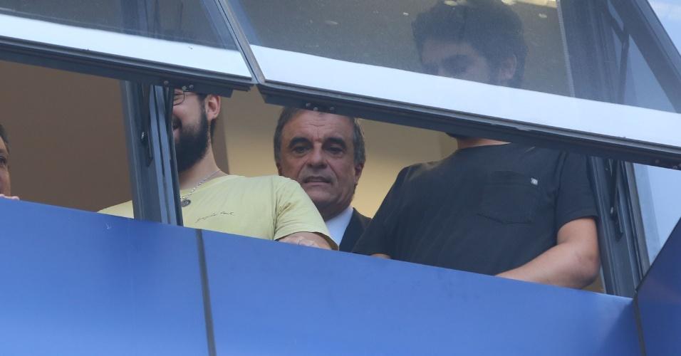 6.abr.2018 - Ex-ministro da Justiça, José Eduardo Cardoso observa da janela os manifestantes que protestam por Lula em frente ao Sindicato dos Metalúrgicos do ABC