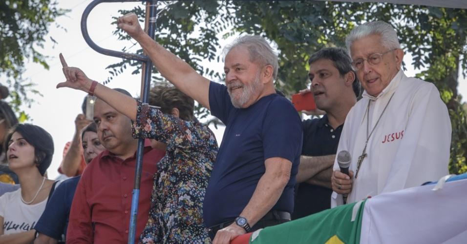 7.abr.2018 - O ex-presidente Luiz Inácio Lula da Silva deixou o Sindicato dos Metalúrgicos do ABC, onde estava desde a noite de quinta-feira (5), e subiu no palco onde é celebrada uma missa em homenagem a sua mulher dona Marisa, que hoje completaria 68 anos se estivesse viva. O ato ocorre na rua em frente ao sindicato. A expectativa é de que Lula se entregue a Polícia Federal após o ato. Como isso será feito, porém, ainda não está claro