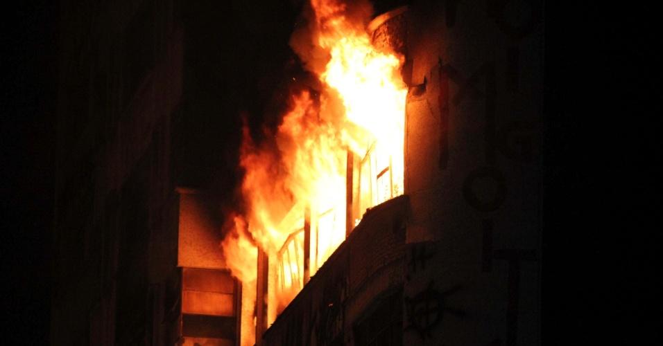 1º.mai.2018 - O incêndio resultou no desabamento do prédio de 24 andares, que abrigava cerca de 150 famílias em uma ocupação irregular, de acordo com a prefeitura
