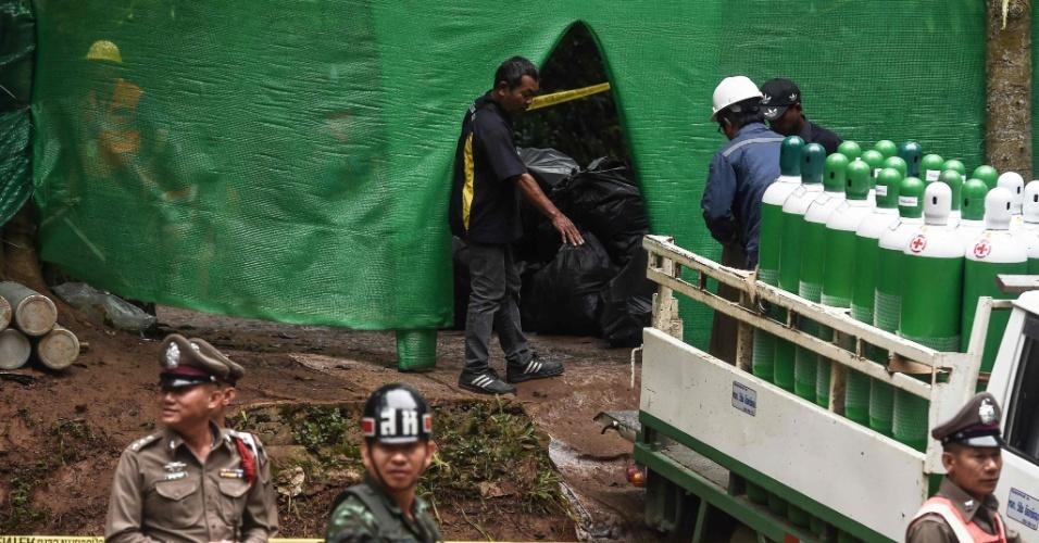 8.jul.2018 - Equipes de resgate transportam tanques de oxigênio na área da caverna de Tham Luang enquanto as operações continuam para resgate dos 12 meninos e seu treinador presos na caverna em parque do distrito de Mae Sai na província de Chiang Rai