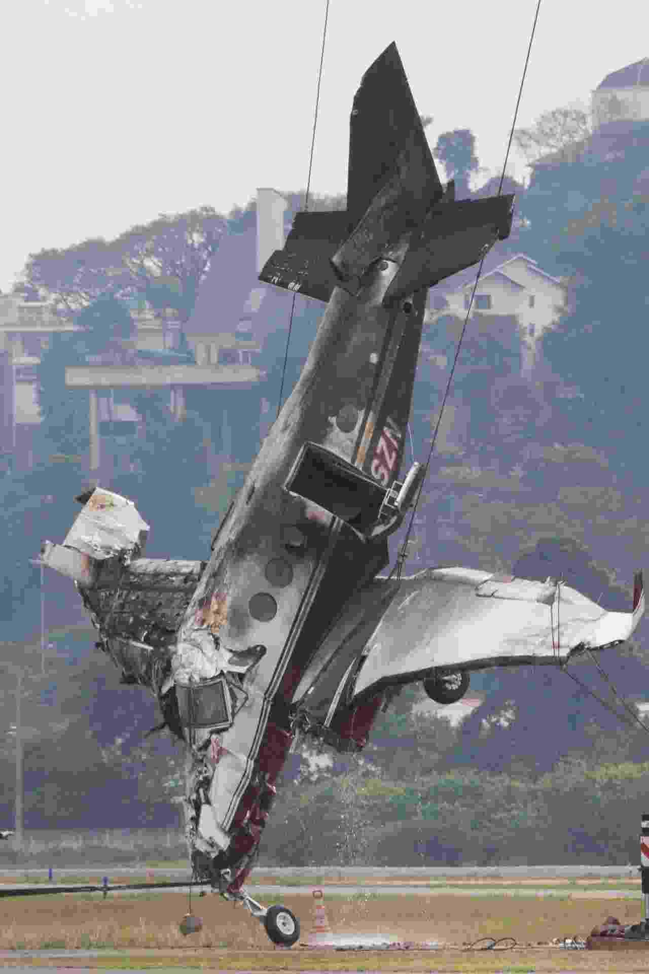 30.jul.2018 - Equipes atuam na retirada da aeronave de pequeno porte que caiu no domingo no Campo de Marte, na zona norte de São Paulo. O acidente aconteceu por volta das 18h e deixou um morto e seis feridos - Mister Shadow/Asi/Estadão Conteúdo