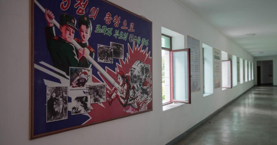 15.jun.2018 - Cartaz mostra soldado norte-americano sendo morto por uma caneta gigante, num corredor da escola feminina Kang Pan Sok, na  Coreia do Norte