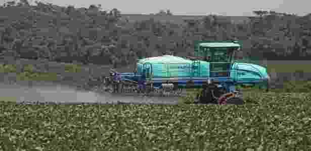 Trator faz aplicação de agrotóxico na lavoura para combater pragas e doenças em Campo Mourão, região centro-oeste do Paraná - Dirceu Portugal /Fotoarena/Folhapress