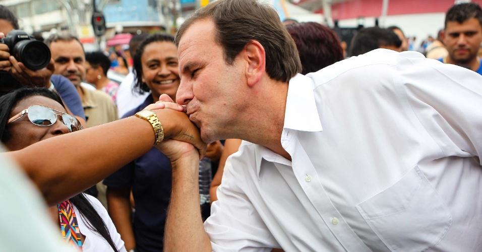 O candidato a governador do Rio de Janeiro, Eduardo Paes, realiza corpo a corpo junto ao Deputado Federal eleito Aureo no Calçadão de Duque de Caxias (RJ), nesta terça-feira (16).