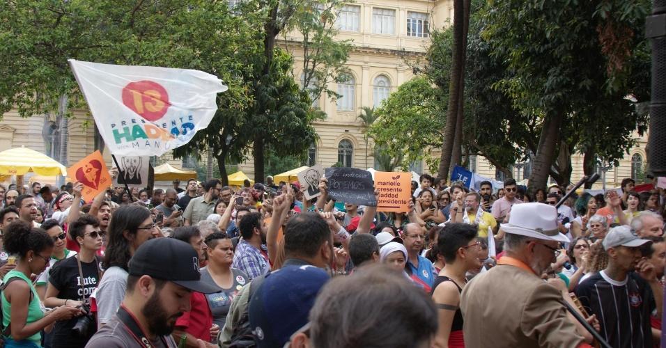 Integrantes de blocos de carnaval de rua e manifestantes participam de ato contra o presidenciável Jair Bolsonaro (PSL) e a favor do candidato Fernando Haddad (PT), no centro de São Paulo, neste sábado, véspera do segundo turno das eleições.