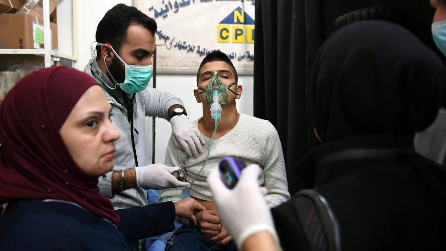 Jovem sírio recebe tratamento em um hospital após suposto ataque químico em 24 de novembro de 2018 - OURFALIAN/AFP