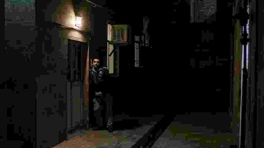 Kaveh Taymouri, funcionário de uma loja de videogames, em frente a sua casa em Teerã, no Irã - Arash Khamooshi/The New York Times