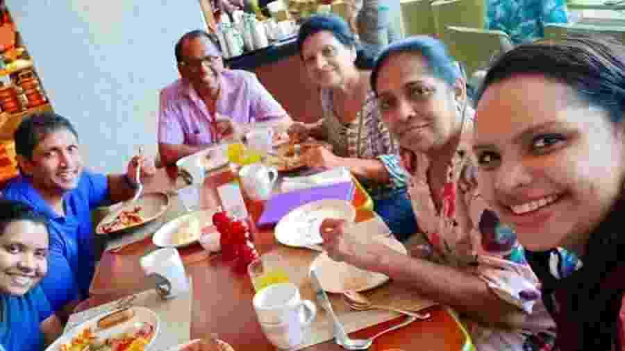 Nisangra Mayadunne, filha da chef de cozinha Shantha Mayadunne, uma da mais famosas do Sri Lanka, postou uma foto da família tomando café da manhã no Hotel Sangri La, na capital Colombo, um dos alvos da série de atentados a bomba que atingiram o país - Reprodução/Nisangra Mayadunne/Facebook