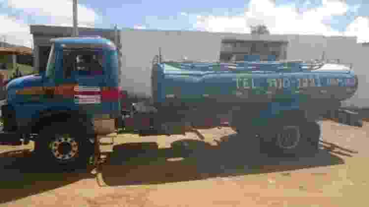 Carro-pipa em Alcantil; cidade paraibana tem a obra mais antiga listada entre empreendimentos parados ou atrasados com dinheiro do FGTS - Sala da Seca/Alcantil