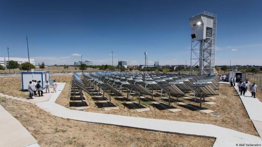 Usina usa energia solar, água e CO2 para produzir querosene - Abel Valdenebro