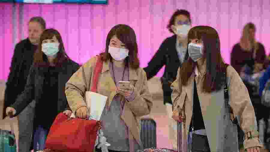 22.jan.2020 - Em Los Angeles, passageiros usam máscaras protetoras para evitar a contaminação por coronavírus - Mark Ralston/AFP