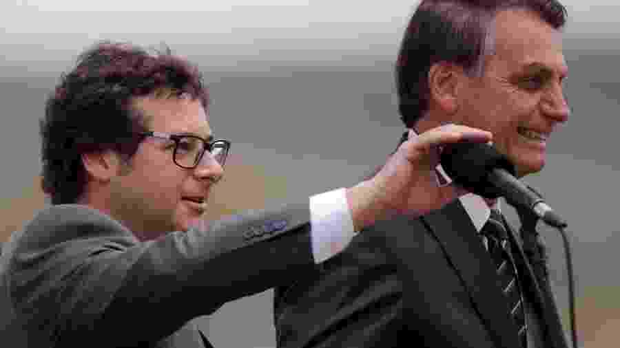 5.fev.2020 - O chefe da Secom, Fabio Wajngarten, ao lado do presidente Jair Bolsonaro no Palácio da Alvorada -