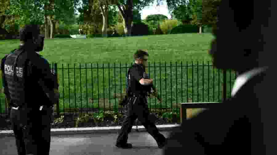 10.08.2020 - Policial norte-americano faz segurança nas proximidades da Casa Branca - Brendan Smialowski / AFP