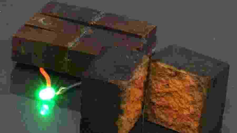 """Mexer no tom vermelho dos tijolos faz com que tijolos sejam capazes de armazenar eletricidade - Julio M. D""""Arcy/Divulgação"""