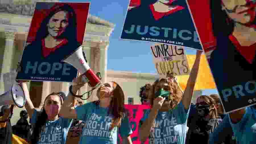 Grupos antiaborto manifestaram-se nos últimos dias em frente à Suprema Corte para defender a nomeação de Amy Coney Barrett - Getty Images