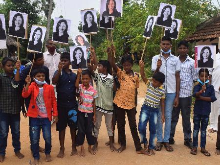 Fogos e festa no vilarejo indiano dos antepassados de Kamala Harris -  08/11/2020 - UOL Notícias