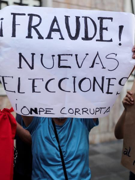 17.abr.2021 - Manifestantes seguram cartazes contra os candidatos presidenciais do Peru Pedro Castillo e Keiko Fujimori, que se enfrentarão no segundo turno - Sebastian Castaneda/Reuters