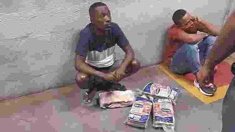 Bruno e Ian sentados no pátio do supermercado ao lado dos quatro pacotes de carne furtados - Reprodução/Redes Sociais - Reprodução/Redes Sociais