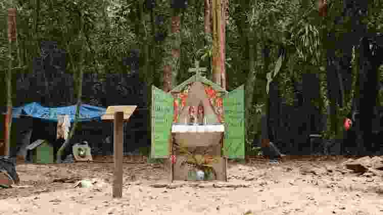 Altar de santos da devoção caiçara feito com os escombros das casas demolidas na região do Rio Verde - Acervo da comunidade do Rio Verde e Grajaúna - Acervo da comunidade do Rio Verde e Grajaúna