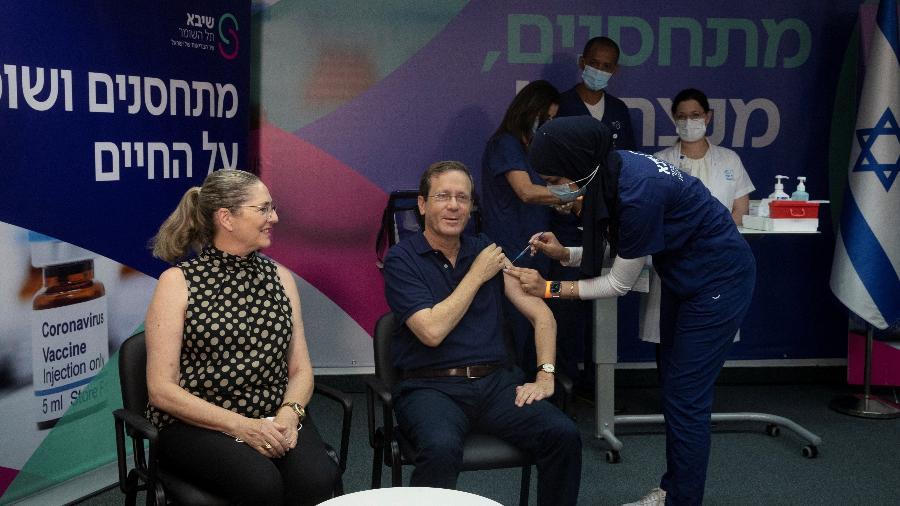30.jul.2021 - O presidente de Israel, Isaac Herzog, recebe a 3ª dose de vacina contra covid-19, ao lado da sua mulher, Michal, no Centro Médico Sheba, em Ramat Gan, perto de Tel Aviv - Maya Alleruzzo/Pool via REUTERS