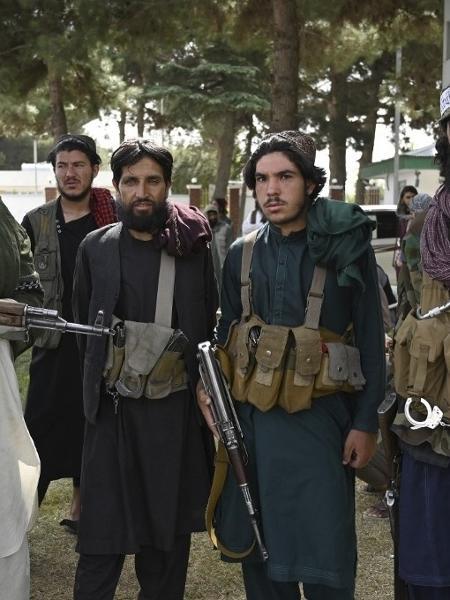 Combatentes do Talibã montam guarda dentro do aeroporto de Cabul, no Afeganistão, depois que os EUA retiraram todas as suas tropas do país. - WAKIL KOHSAR / AFP
