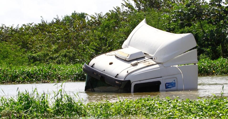 5.jul.2015 - Caminhão fica parado neste domingo em inundação na rodovia BR-101 sul, em Jaboatão dos Guararapes, na Região Metropolitana do Recife, causada pela chuva que atingiu a região nos últimos dias