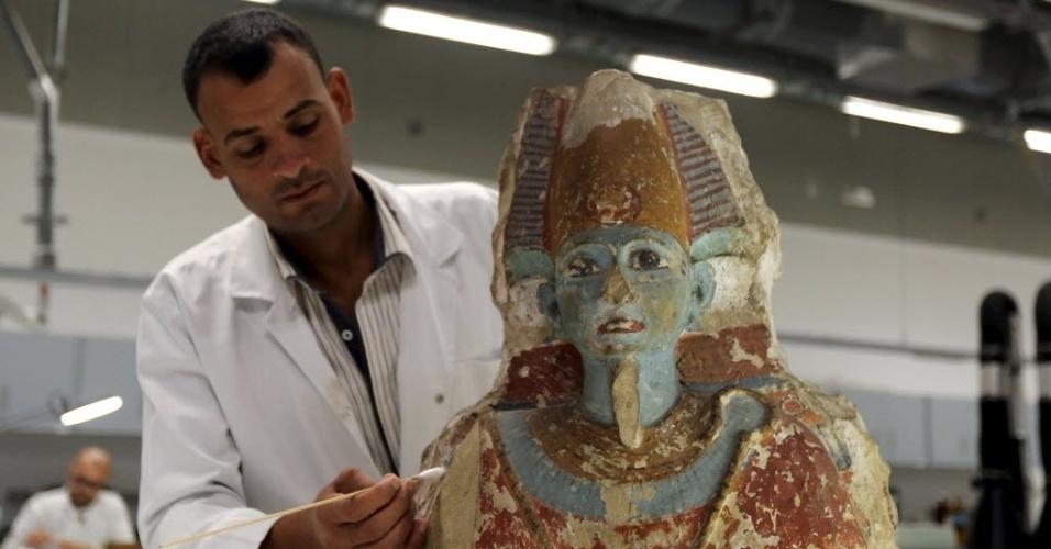 25.ago.2015 - Arqueólogo trabalha na restauração de um artefato antigo no Grande Museu Egípcio, em Giza, Egito