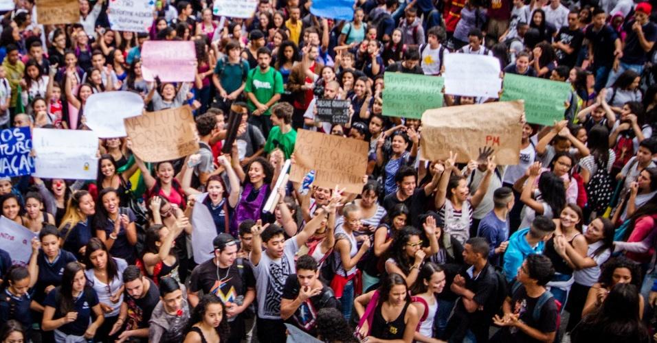 9.out.2015 - Estudantes protestam na avenida Paulista, no centro de São Paulo, contra a reestruturação de escolas públicas. Na manhã desta sexta, a via foi parcialmente bloqueada no sentido rua da Consolação por causa da manifestação. No fim de setembro, o Governo de SP anunciou mudanças na rede estadual. A previsão é que 1 milhão de alunos sejam transferidos para o ano letivo de 2016