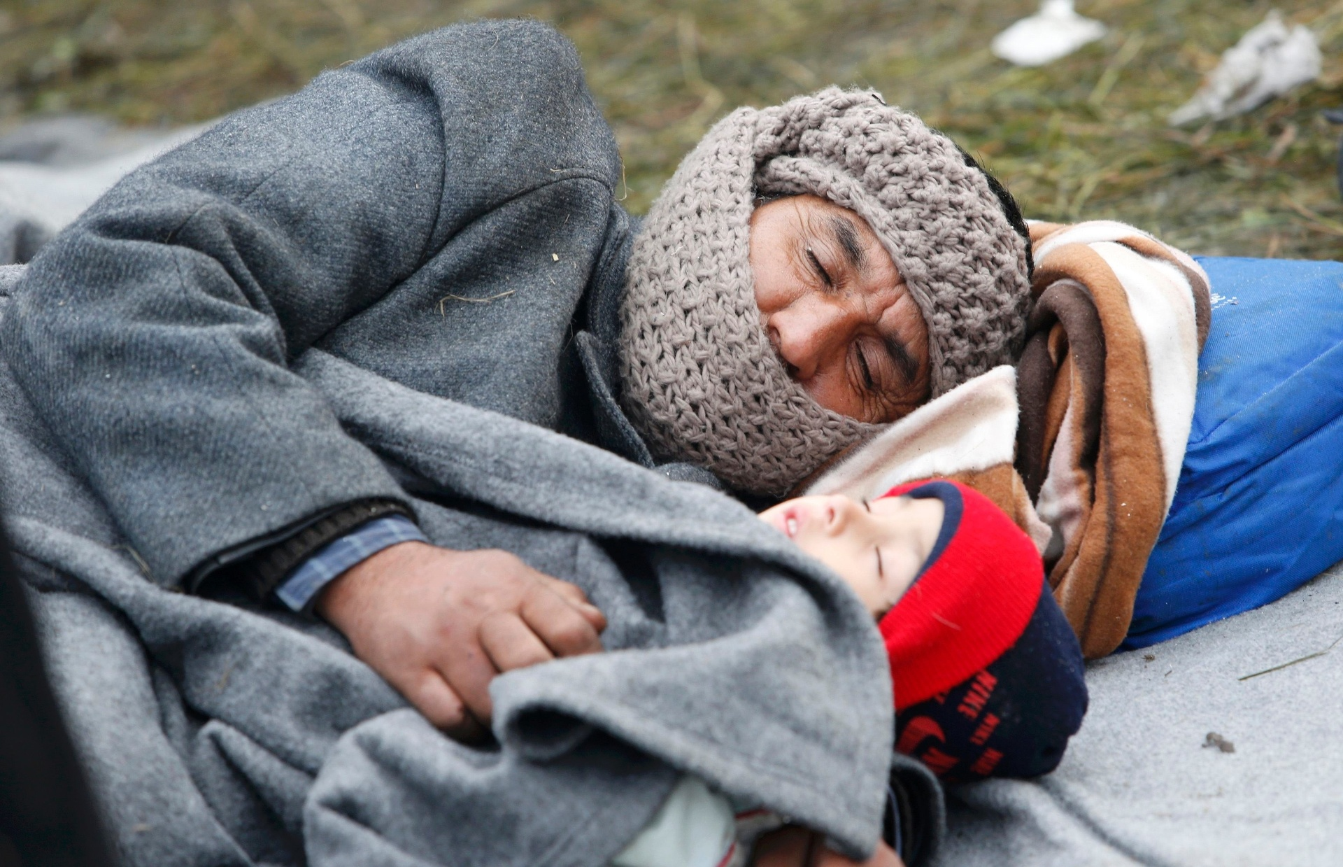 30.out.2015 - Migrantes dormem em cama improvisada no chão enquanto aguardam para deixar Sentilj, na Eslovênia, e entrar na cidade de Spielfeld, em território austríaco. Segundo pesquisa realizada em sete países europeus, os franceses são os mais contrários na Europa Ocidental a receber refugiados