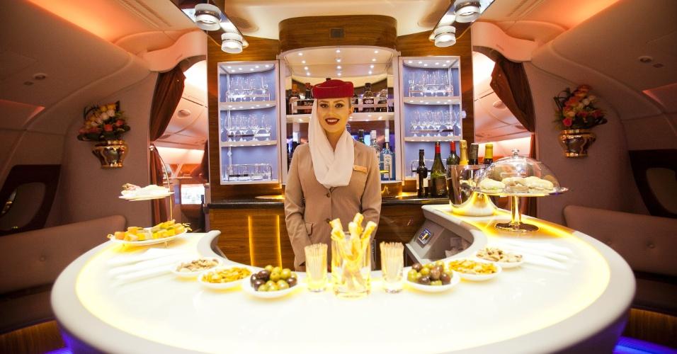 """O lounge bar que a Emirates considera um """"espaço de socialização"""". """"Faça uma pausa, estique as pernas e encontre algumas das pessoas mais interessantes do planeta em nosso lounge - exclusivo para passageiros da primeira classe e executiva"""", afirma a companhia aérea em sua página na internet"""