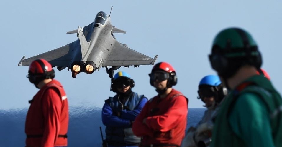 23.nov.2015 - Caças franceses decolaram nesta segunda-feira a partir do porta-aviões francês Charles de Gaulle, no mar Mediterrâneo, para missões sobre as áreas controladas pelo grupo Estado Islâmico (EI) no Iraque e na Síria