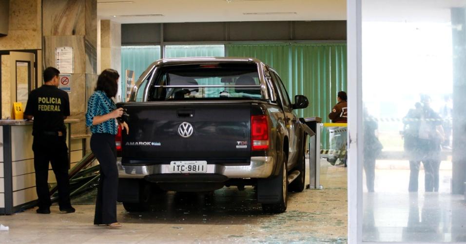 4.jan.2016 - Um motorista dirigindo uma caminhonete invadiu a portaria central do Ministério da Fazenda, em Brasília. A invasão ocorreu às 4h40. O homem foi preso e levado à Polícia Federal. De acordo com a Polícia Militar, o motorista é servidor da Receita Federal em Londrina (PR). O motivo da invasão ainda não foi informado