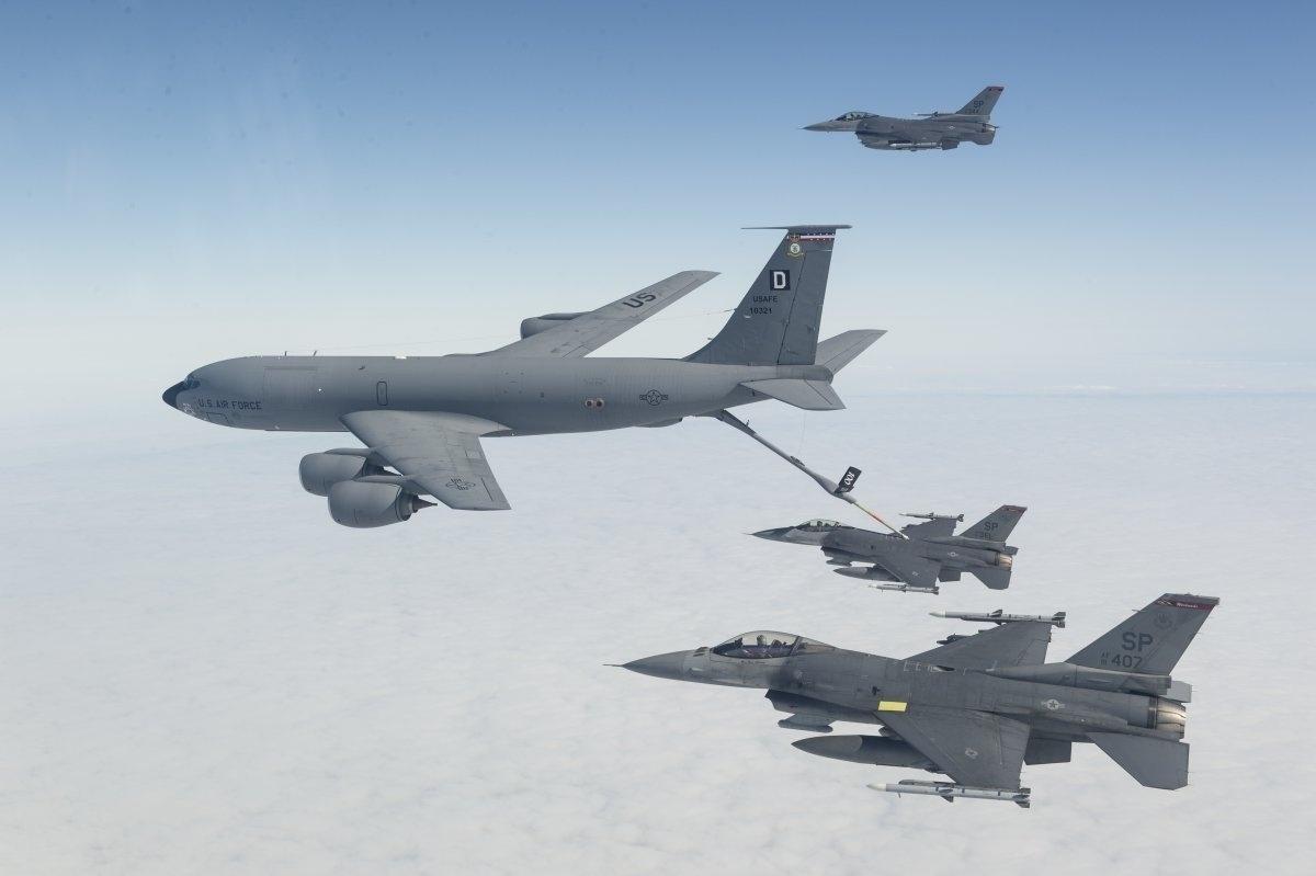 13.jan.2016 - Um F-16 Fighting Falcon do esquadrão de caça participou de um reabastecimento em pleno ar durante manobra de treinamento no dia 9 de setembro de 2015, no Reino Unido